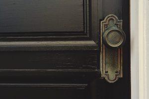 Drzwi szklane z aplikacjami z taniej hurtowni drzwi