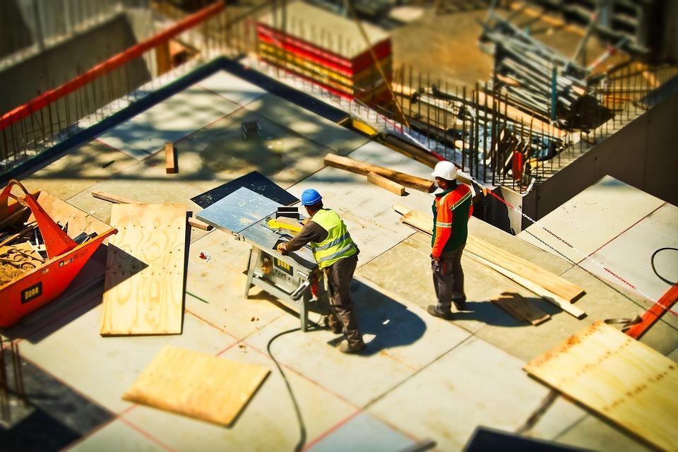 Robotnicy pracujący na budowie